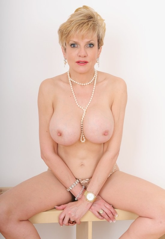 lady-sonia-choo-and-pearls